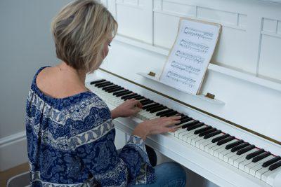 Mujer tocando piano